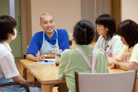 【積極採用中】設立40年!介護ノウハウが詰まった安定した職場環境です。一度に働く職員が多いので安心
